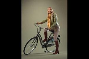 骑自行车的欧洲女人模型 自行车 围巾 长筒靴 8k贴图【模型】