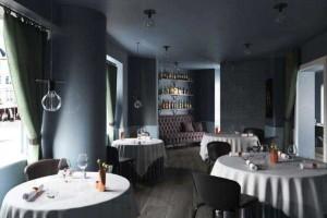 西餐厅模型 凳子 桌子 货架 酒瓶 酒杯 窗帘 沙发 木地板 餐桌【模型】